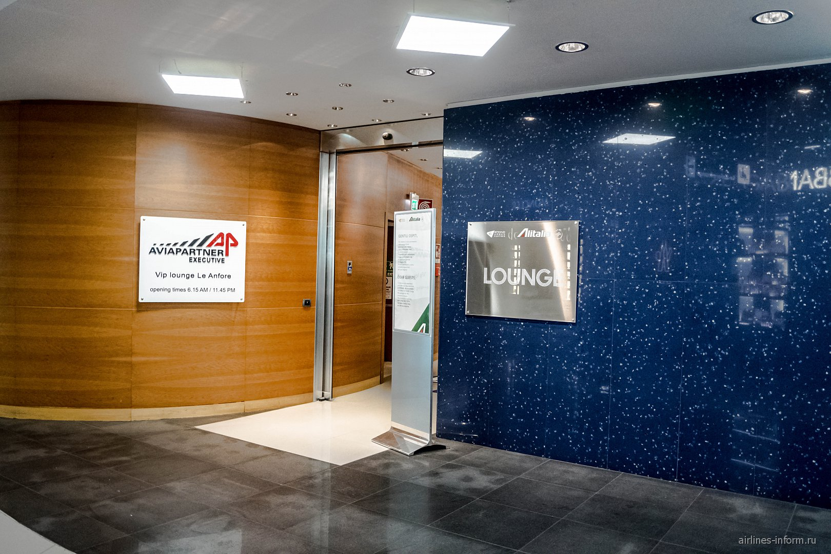 "Вход в бизнес-зал ""Le Anfore"" авиакомпании Alitalia в аэропорту Рим Фьюмичино"