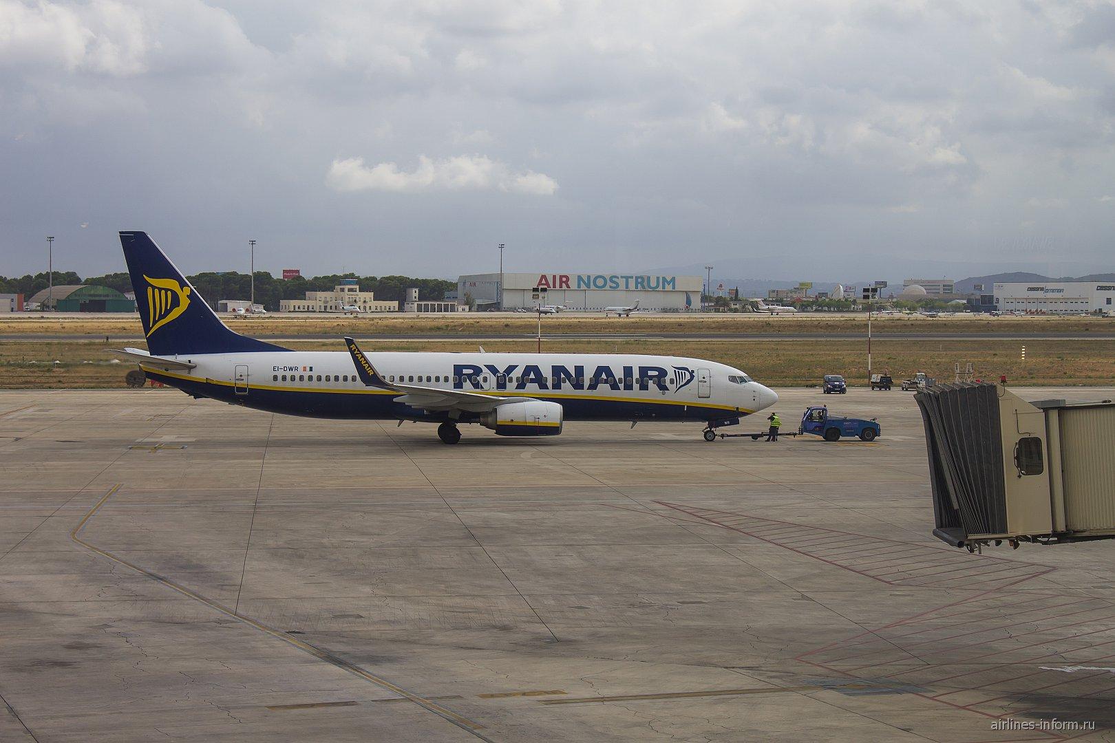 Самолет Боинг-737-800 авиакомпании Ryanair в аэропорту Валенсия