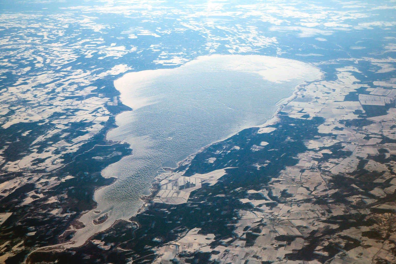 Вид из самолета на озеро Выртсъярв в Эстонии