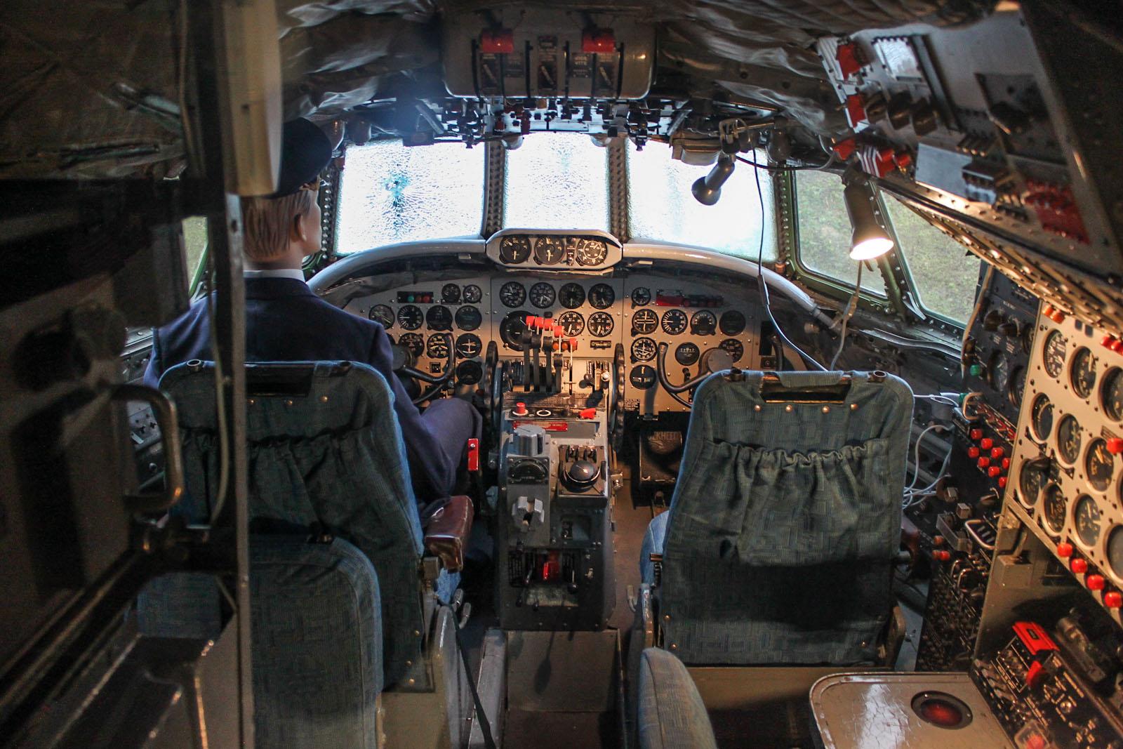 Пилотская кабина самолета Lockheed L-1049G Super Constellation