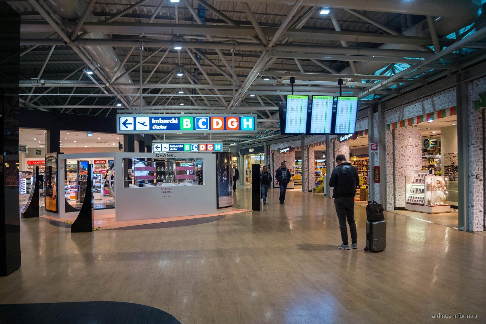 В чистой зоне терминала 1 аэропорта Рим Фьюмичино