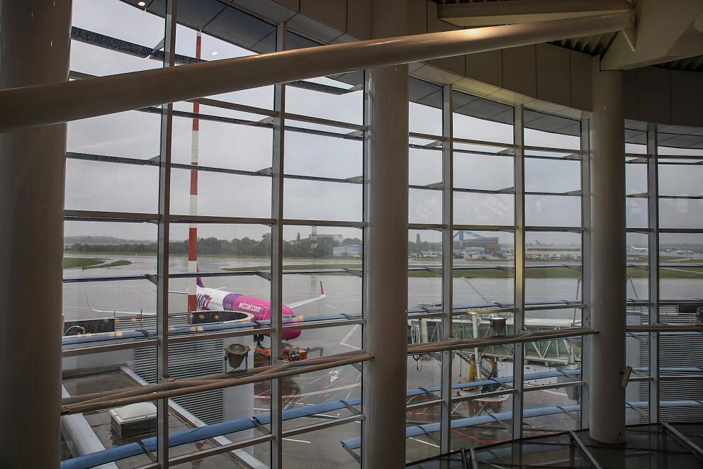 Остекление с видом на перрон в аэропорту Бухарест Генри Коандэ