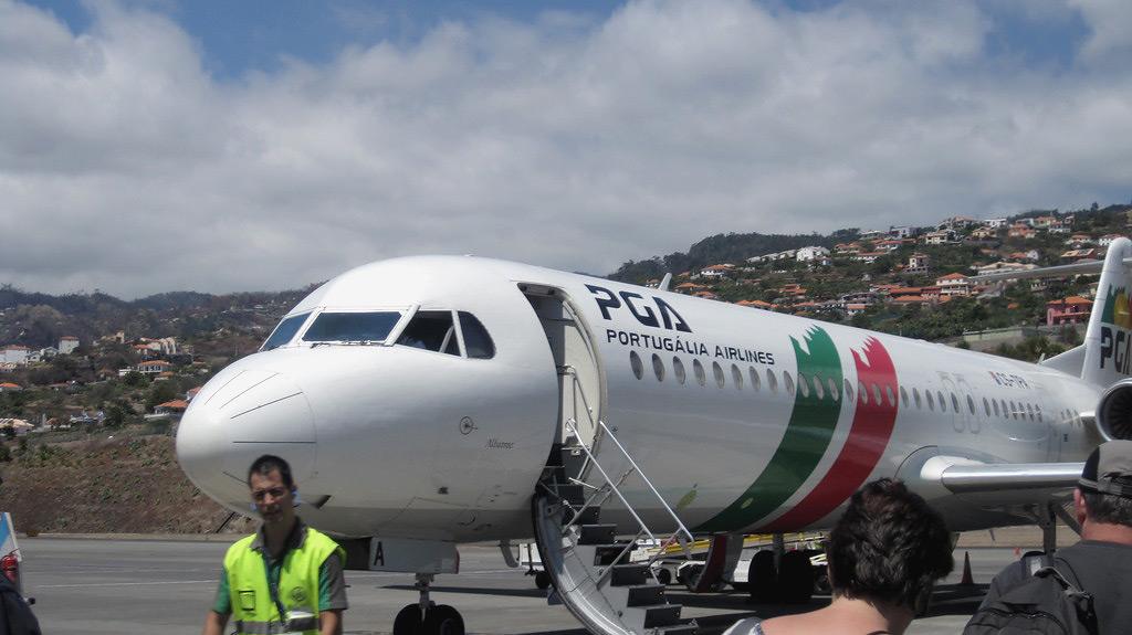 Fokker-100 авиакомпании PGA в аэропорту острова Мадейра