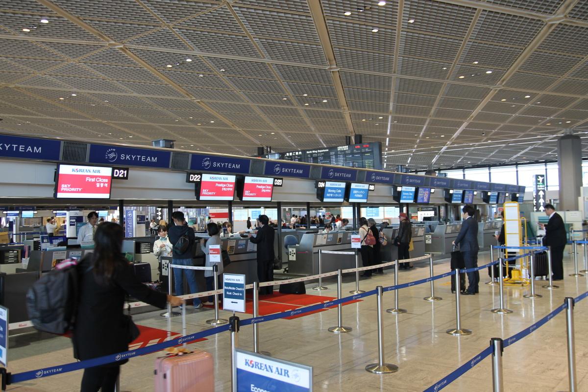 Стойки регистрации авиакомпаний альянса Skyteam в аэропорту Токио Нарита