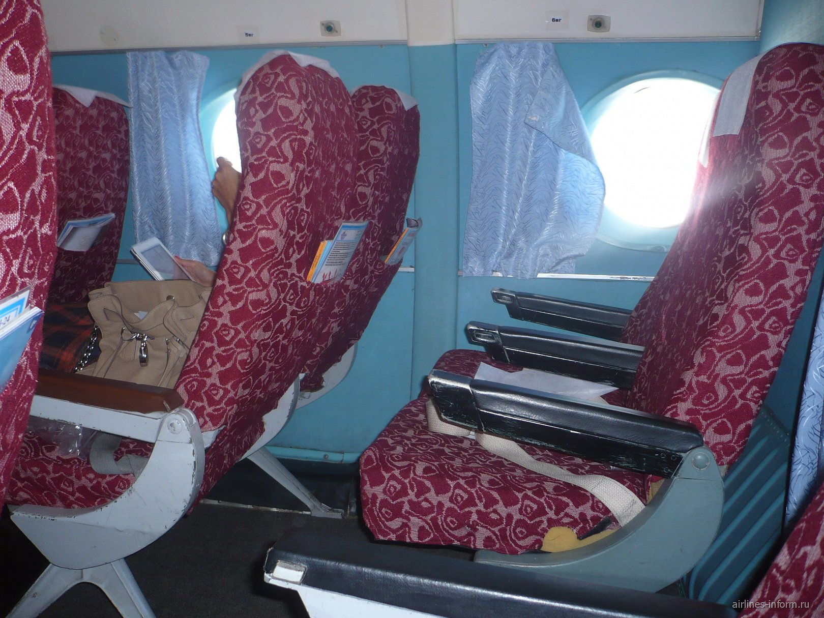 Пассажирские кресла в самолете Ан-24 авиакомпании Псковавиа