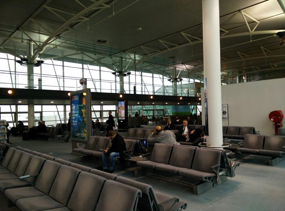 Зал ожидания в чистой зоне Холла 4 аэропорта Марсель Прованс