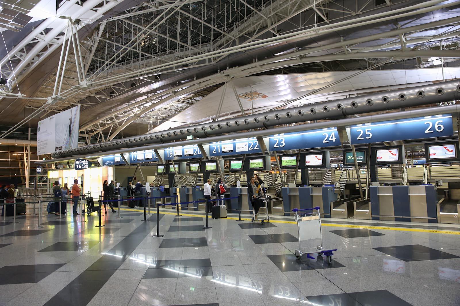 Стойки регистрации на рейсы в аэропорту Порту Франциско Корнейро