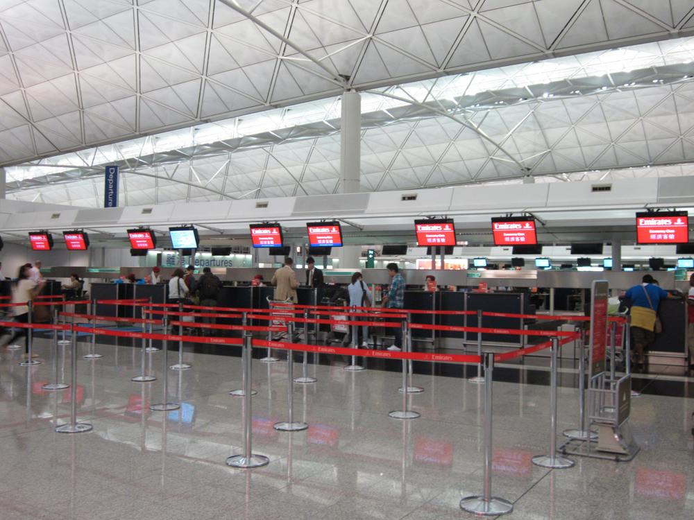 Стойки регистрации Emirates в аэропорту Гонконг