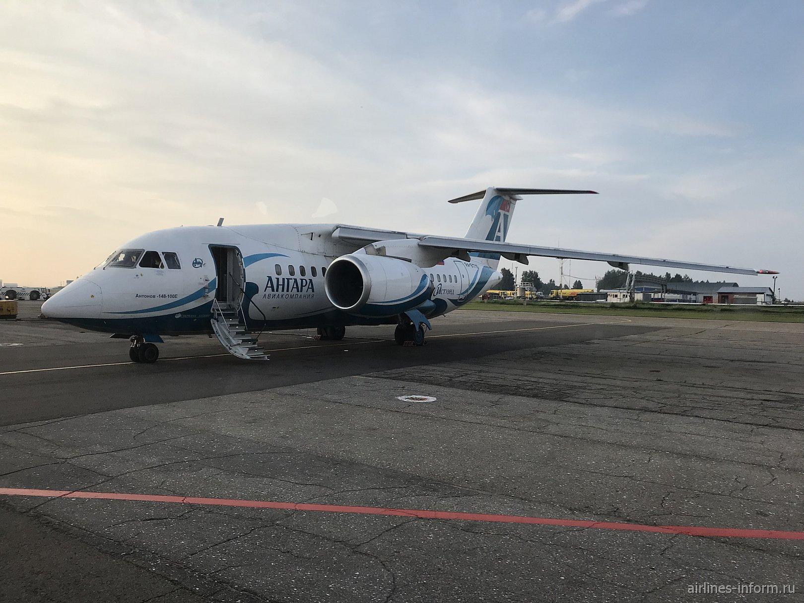 """Самолет Ан-148 авиакомпании """"Ангара"""" в аэропорту Иркутска"""