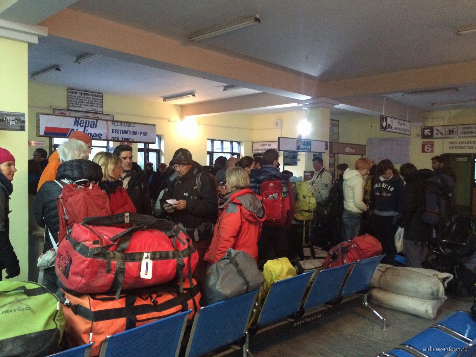 Стойки регистрации в аэропорту Джомсом в Непале