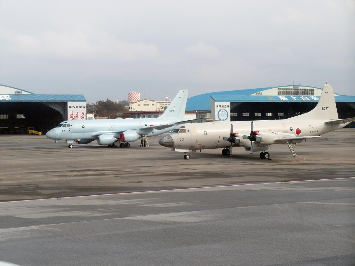 Самолеты береговой охраны Японии в аэропорту Наха на острове Окинава