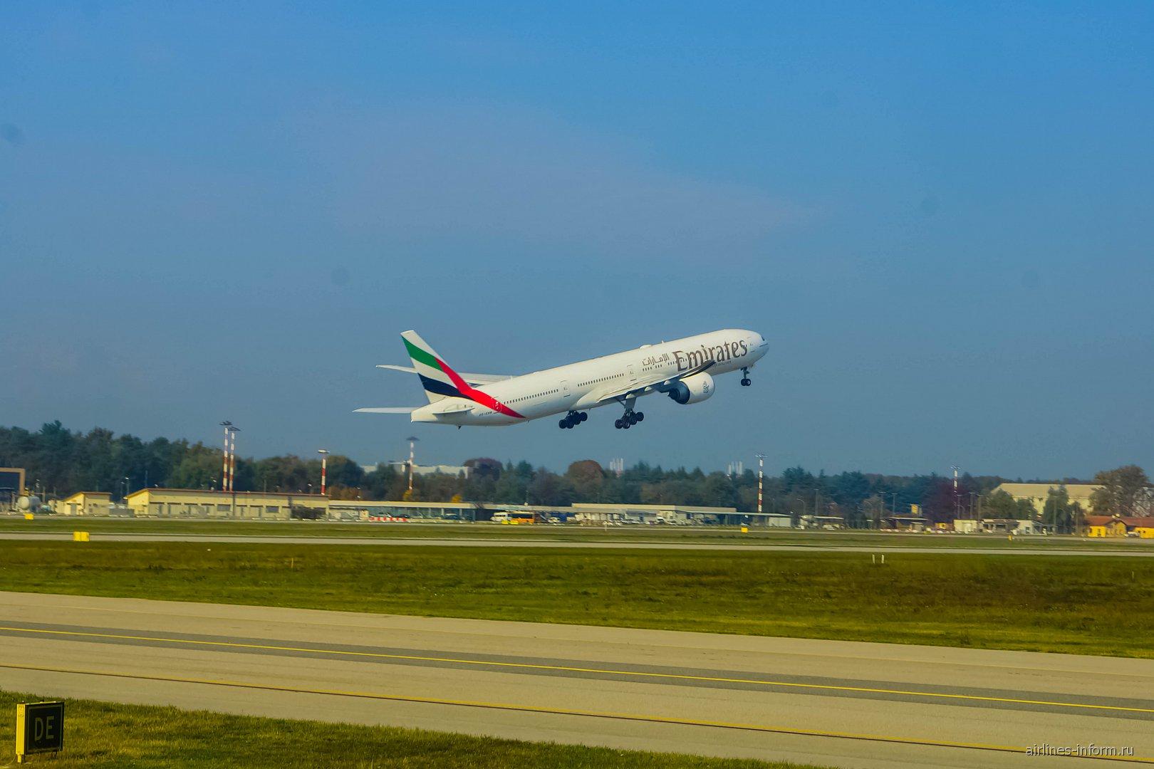 Боинг-777-300 Emirates взлетает из аэропорта Милан Мальпенса