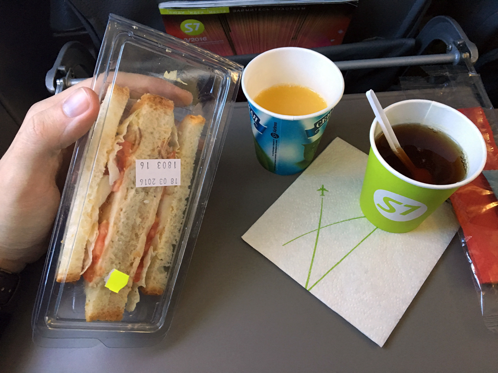 Сандвич и напитки на рейсе S7 Airlines Калининград-Москва