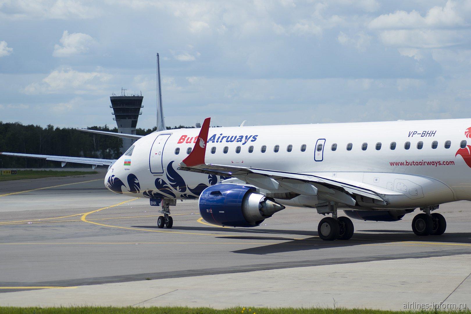 Авиалайнер Embraer 190 VP-BHH авиакомпании Buta Airways готовится к взлету в аэропорту Внуково