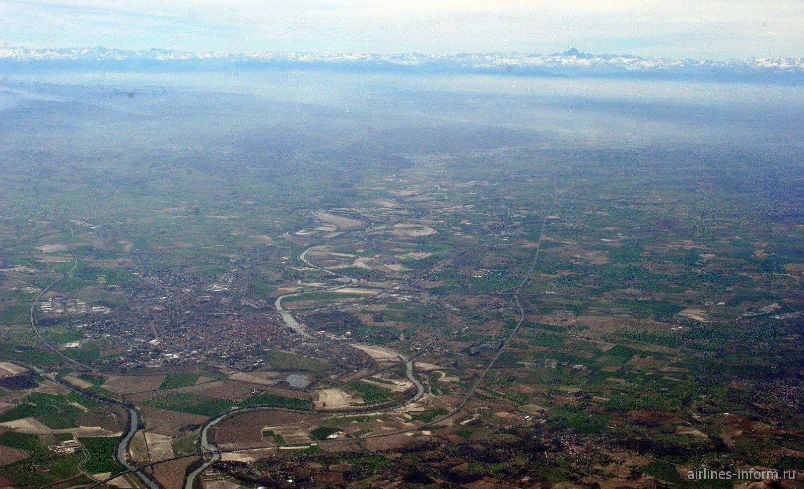 Долина реки Танаро на севере Италии. Вдали Альпы и гора Монте-Визо.