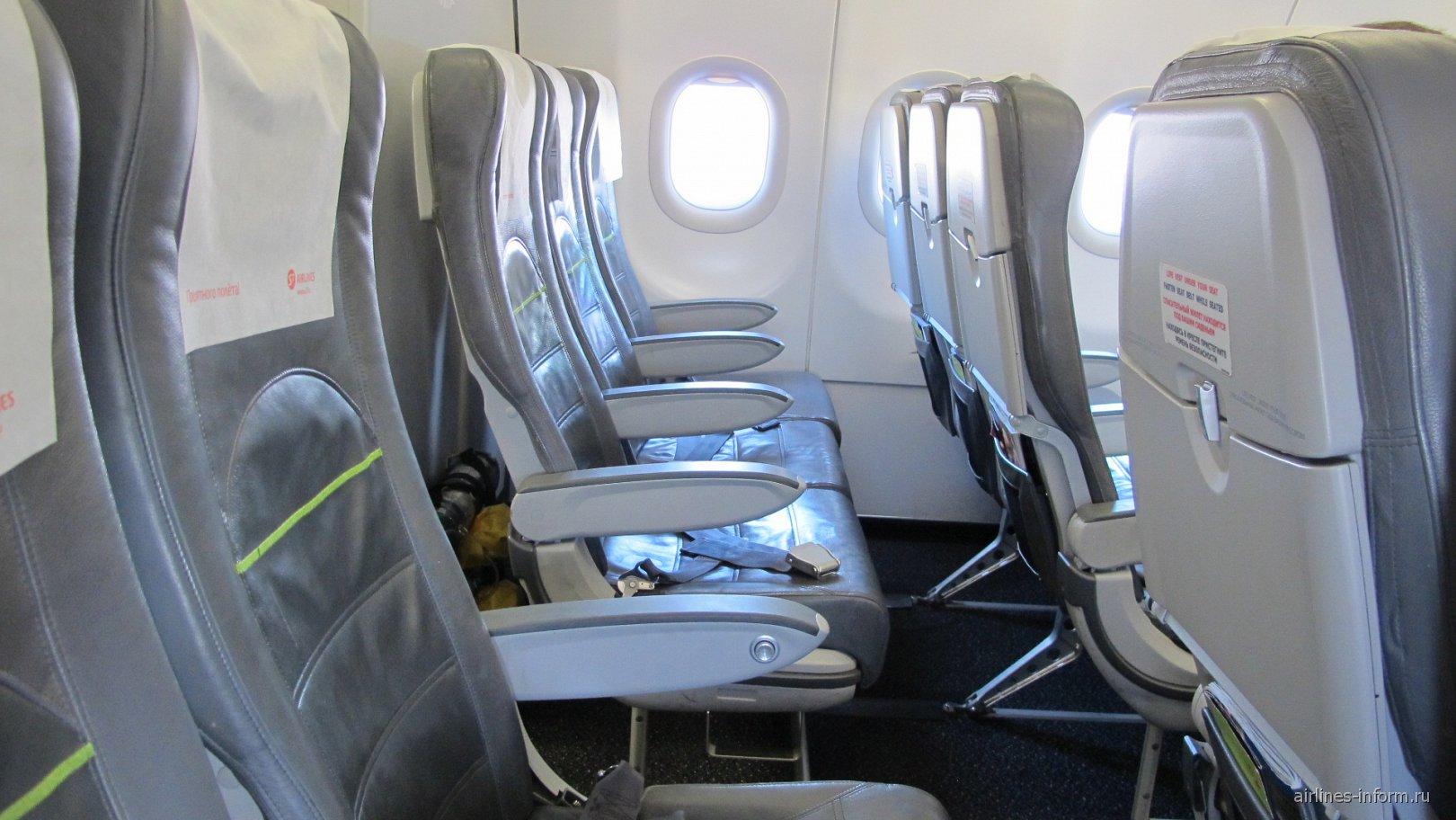 Пассажирские кресла в самолете Airbus A320 авиакомпании S7 Airlines