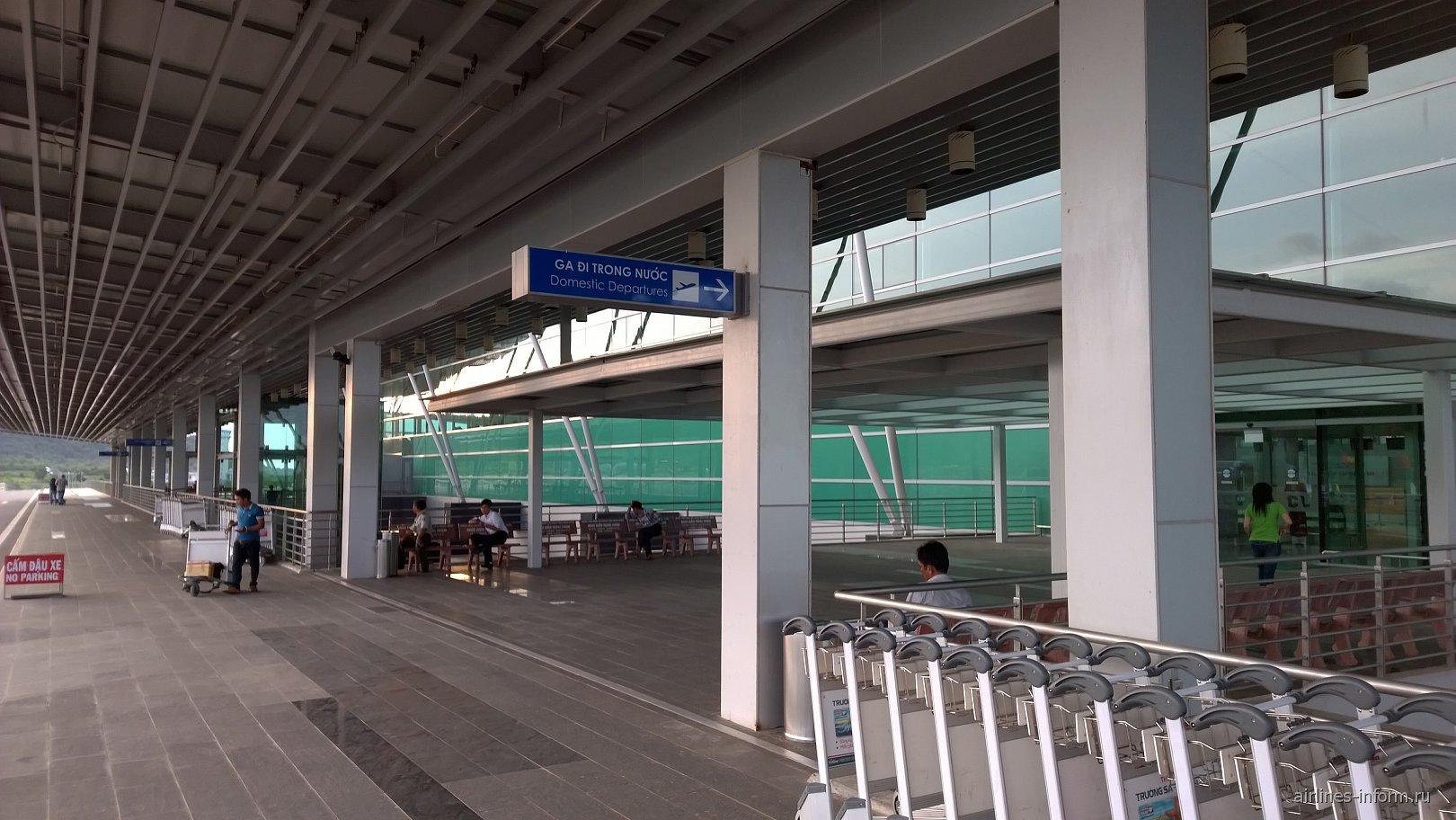 Вход в зону внутренних вылетов в аэропорта Фукуок