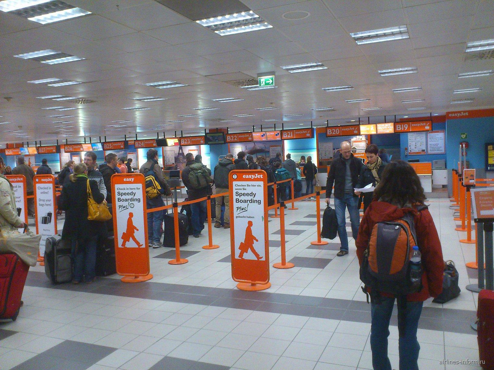 Регистрация на рейсы easyJet в терминале В аэропорта Берлин Шонефельд