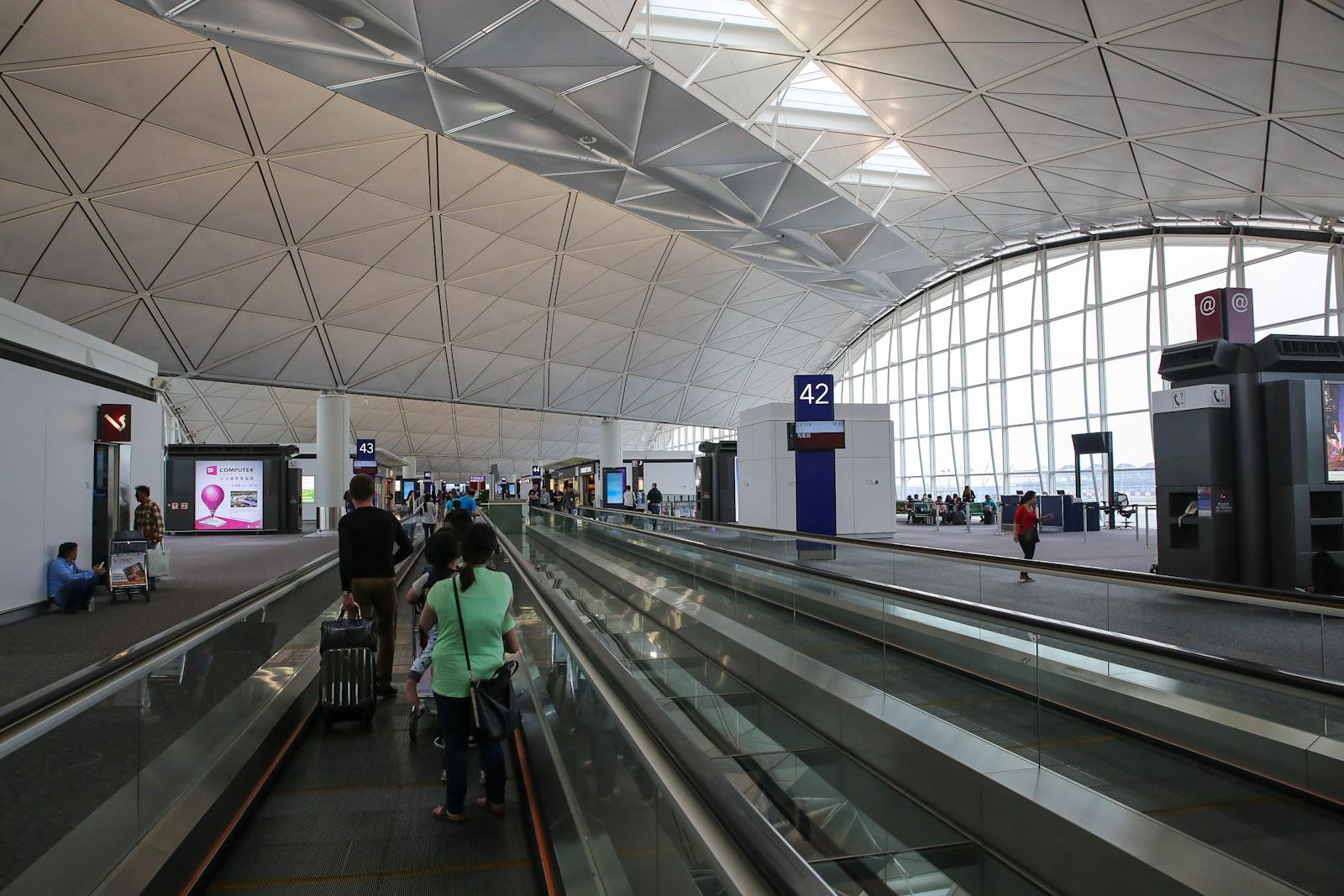 Галерея с выходами на посадку в терминале 1 аэропорта Гонконг