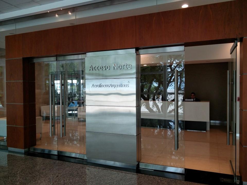 Вход в бизнес-зал Авиалиний Аргентины в аэропорту Буэнос-Айрес Хорхе Ньюбери