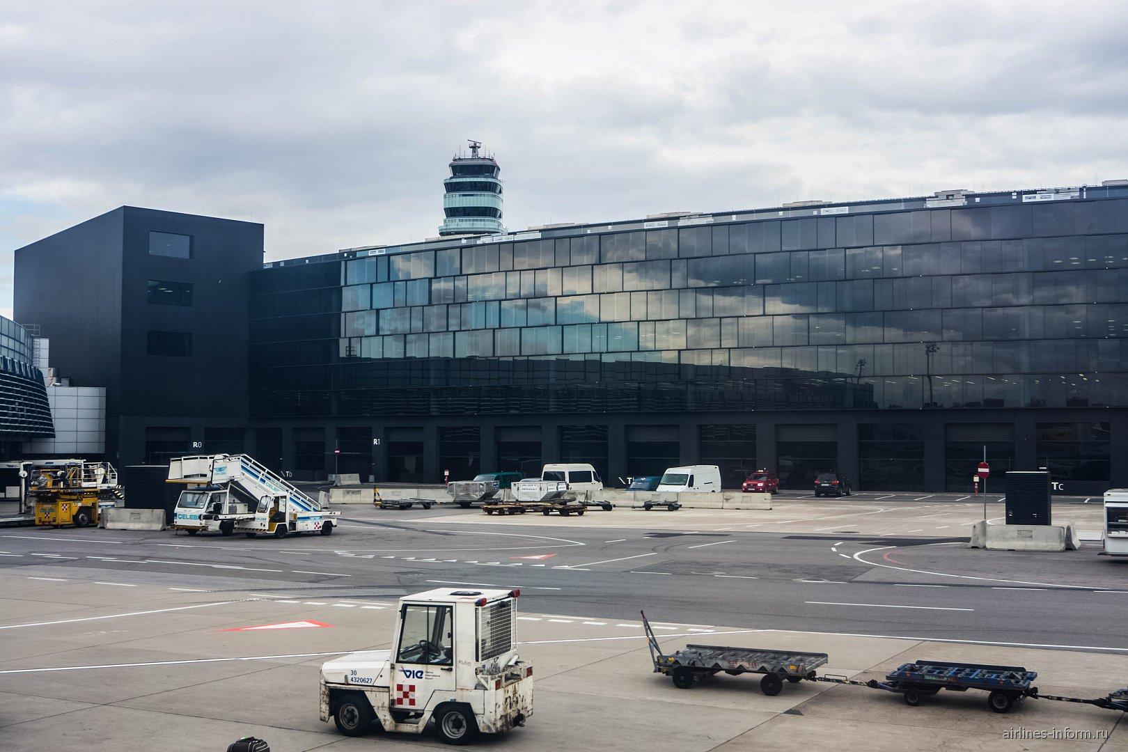 Терминал 3 аэропорта Вена Швехат со стороны перрона