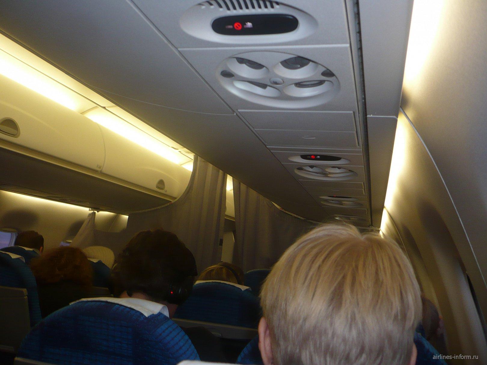 Салон самолета Embraer 170 авиакомпании Estonian Air