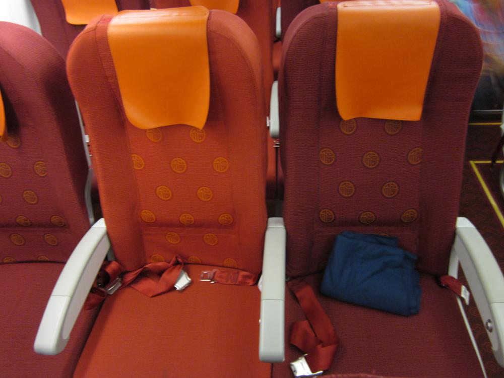 Экономический класс в самолете Airbus A320 авиакомпании HongKong Airlines