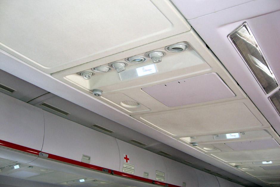 Панель над пассажирскими местами в самолете Ту-204 авиакомпании Red Wings