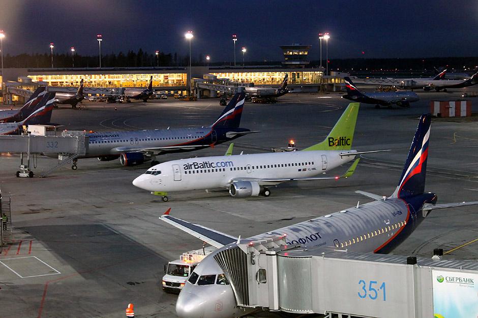 Боинг-737-300 airBaltic и самолеты Аэрофлота на перроне аэропорта Шереметьево