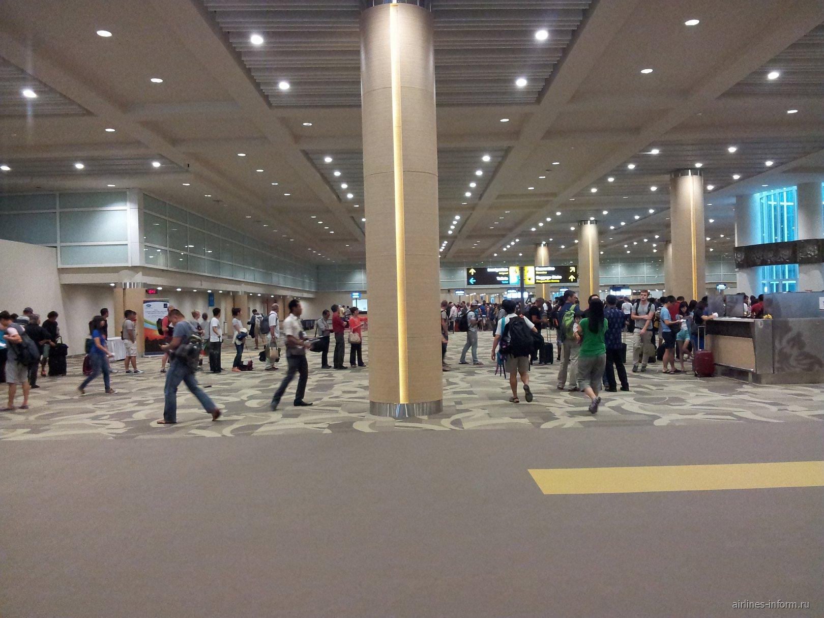 Зал прилета в аэропорту Денпасар Нгура Рай
