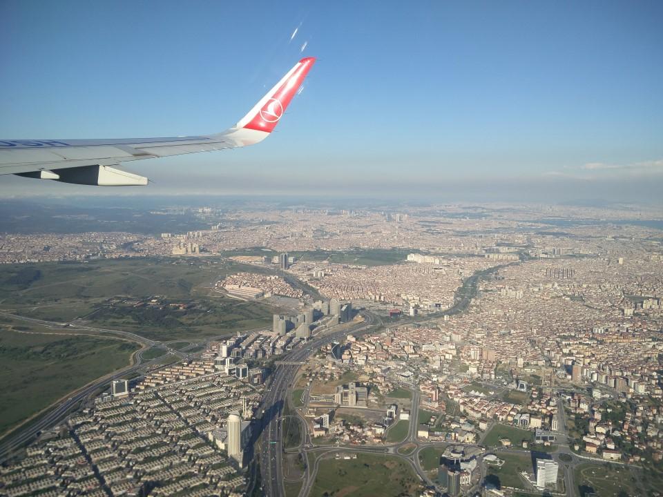 Пригороды Стамбула при взлете из аэропорта имени Ататюрка