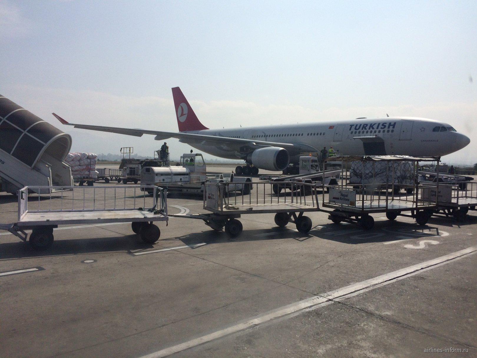 Airbus A330-200 Турецких авиалиний в аэропорту Катманду