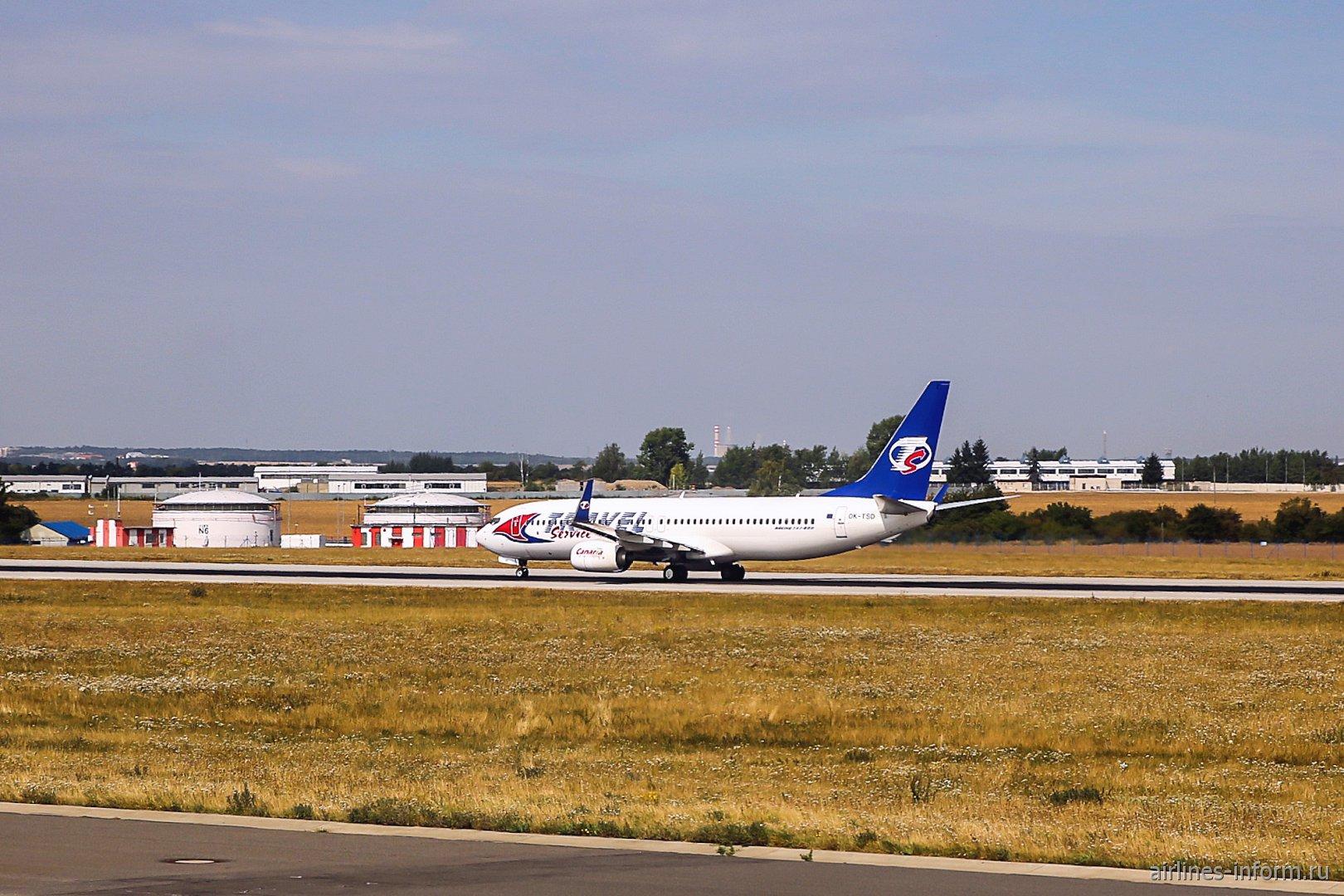 Самолет Боинг-737-800 авиакомпании Travel Service взлетает в аэропорту Праги