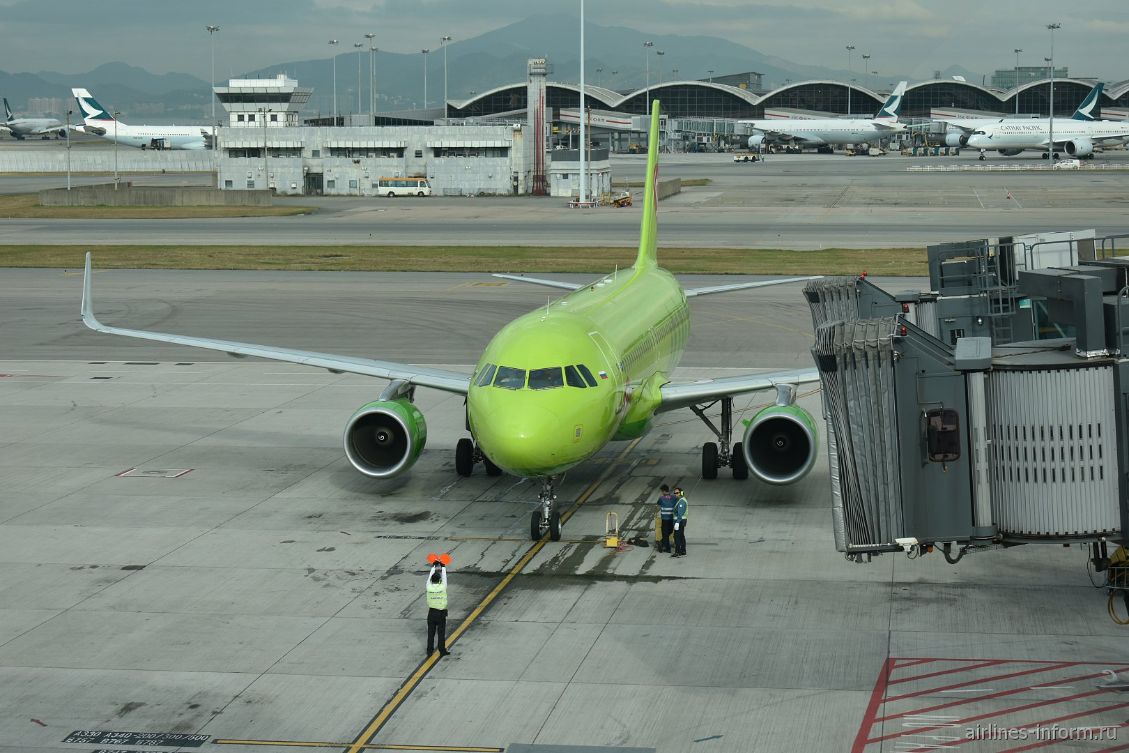 Airbus A320 VP-BOM авиакомпании S7 Airlines в аэропорту Гонконга