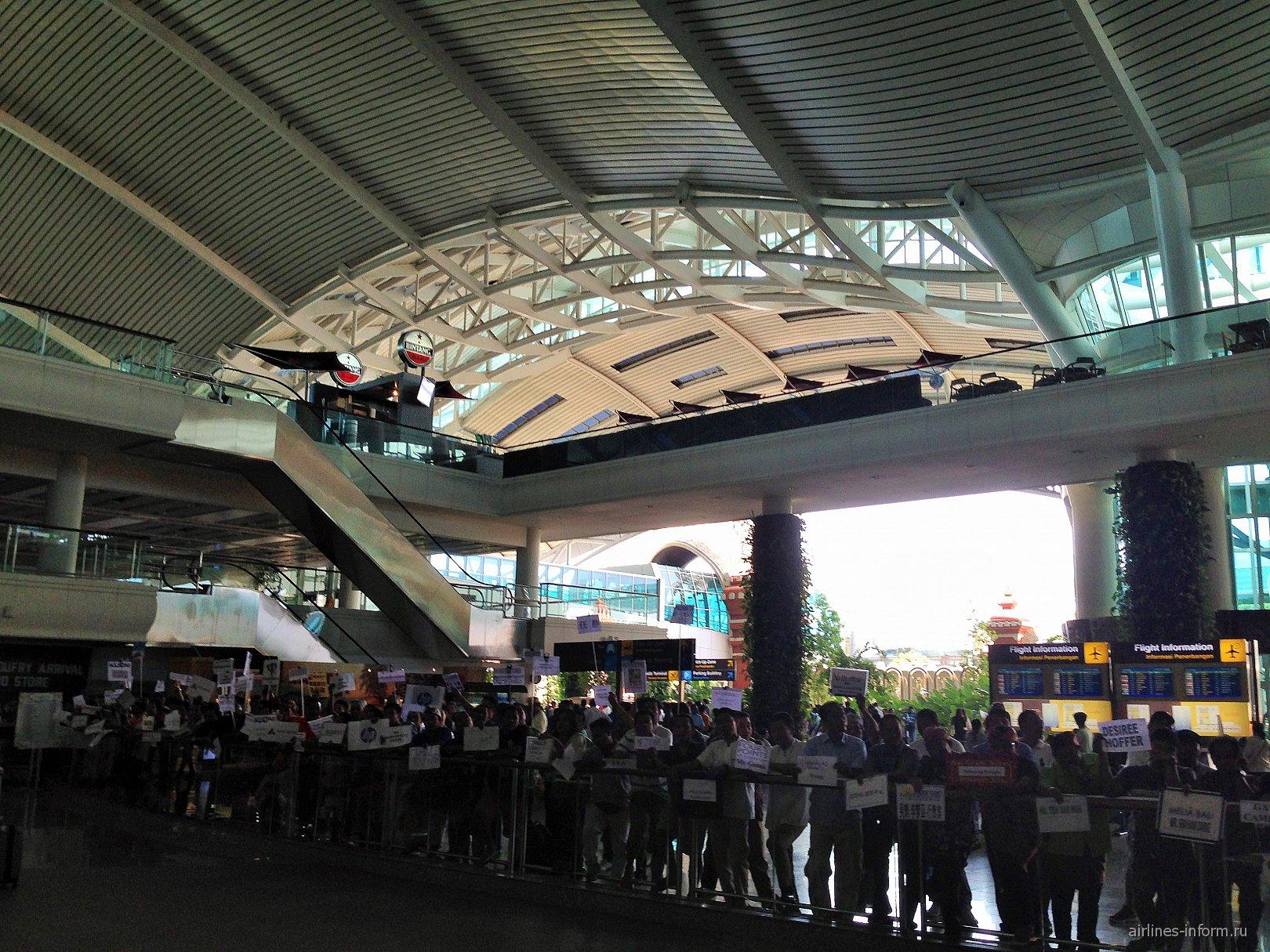 Выход из аэропорта Денпасар Нгура Рай