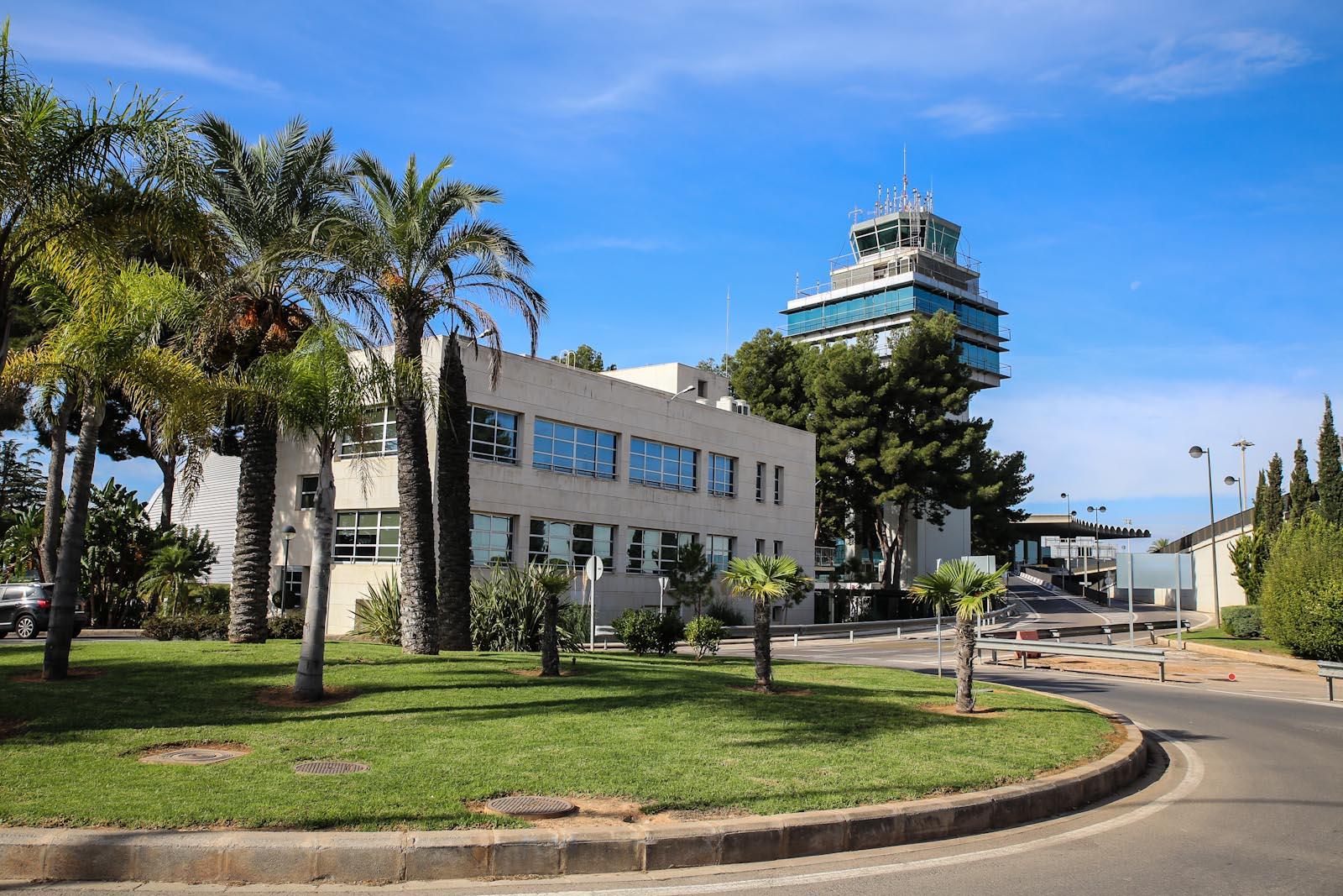 Диспетчерская башня и административное здание аэропорта Валенсия