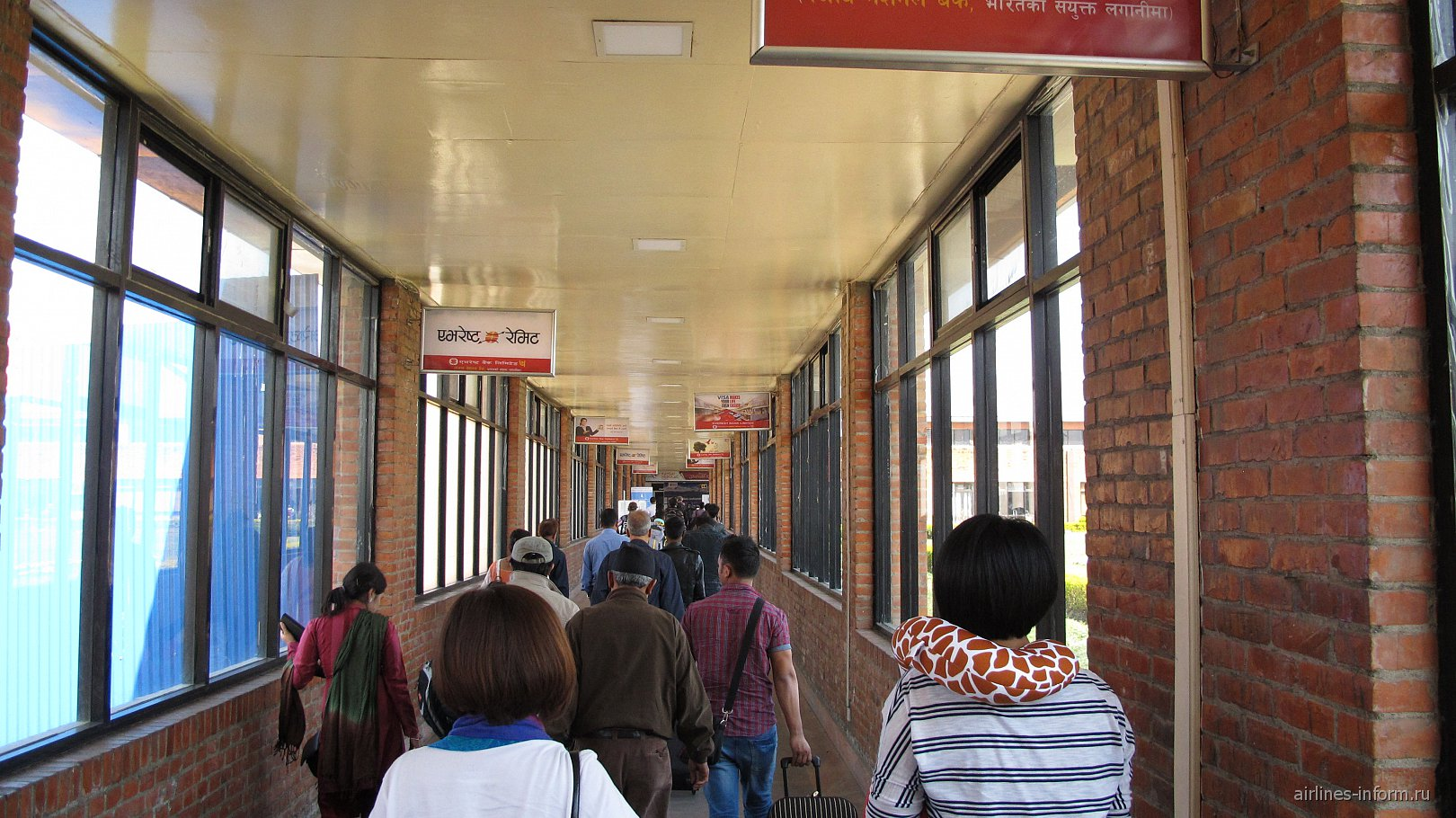 Коридор в зал иммиграционного контроля в аэропорту Катманду