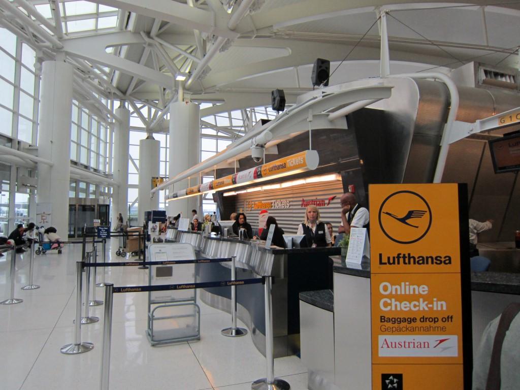 Cтойки дроп-офф Lufthansa в Терминале 1 аэропорта Нью-Йорка имени Джона Кеннеди