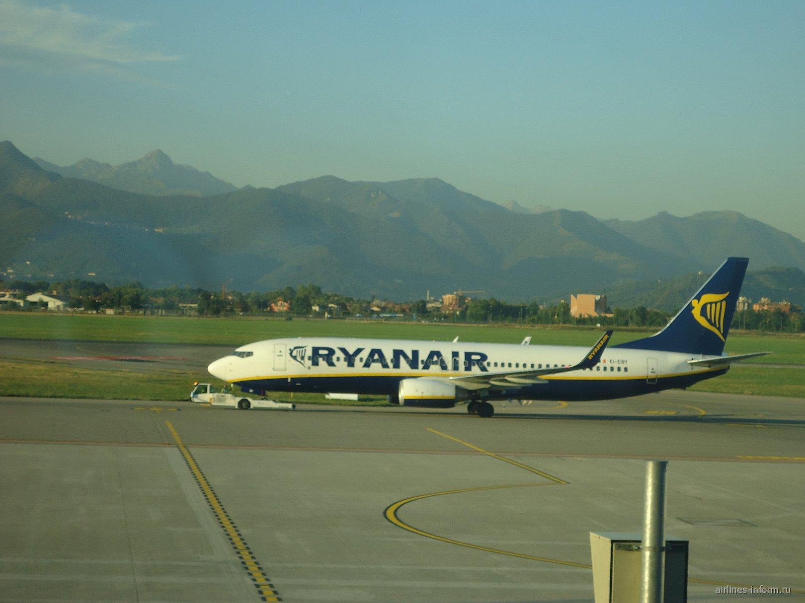 Боинг-737 авиакомпании Райнэйр в аэропорту Бергамо