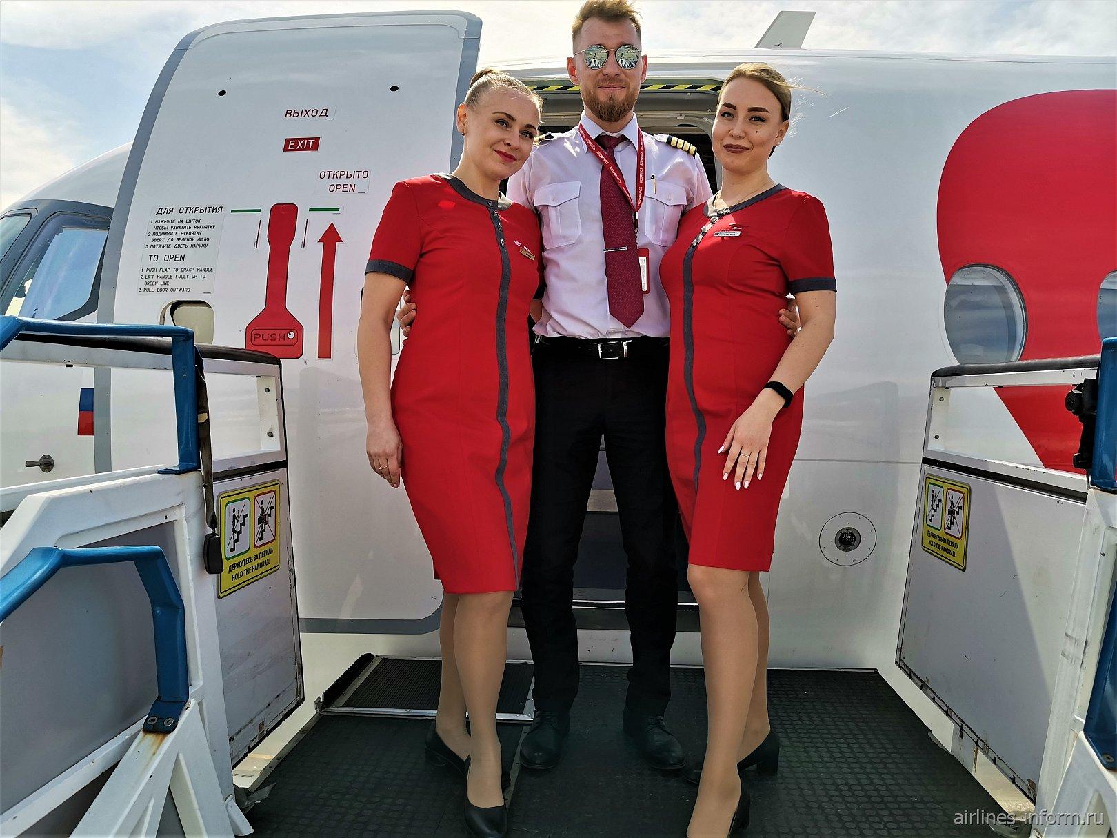 Экипаж авиалайнера Сухой Суперджет-100 авиакомпании Red Wings