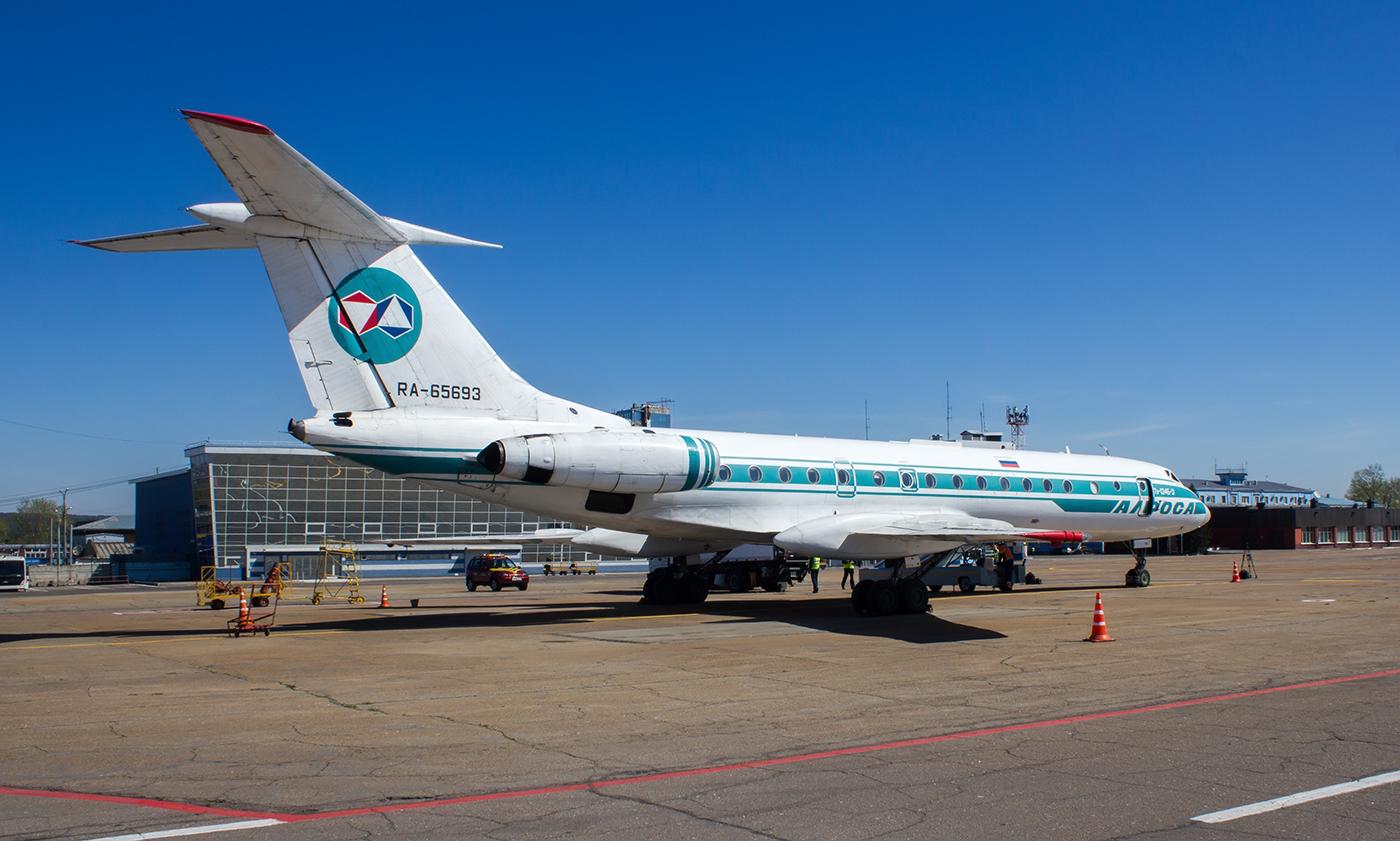 """Самолет Ту-134 RA-65693 авиакомпании """"Алроса"""" в аэропорту Иркутск"""