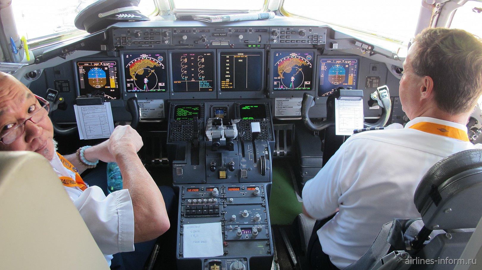 Кабина пилотов в самолете Боинг-717