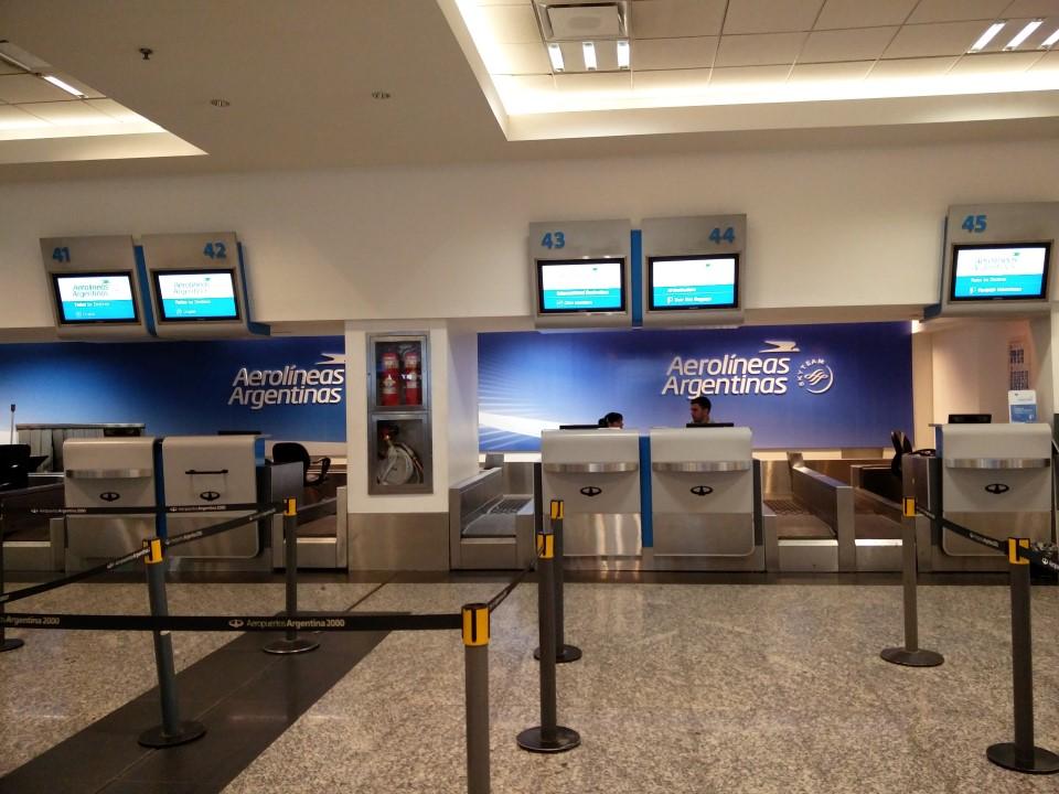 Стойки регистрации Авиалиний Аргентины в аэропорту Буэнос-Айрес Хорхе Ньюбери