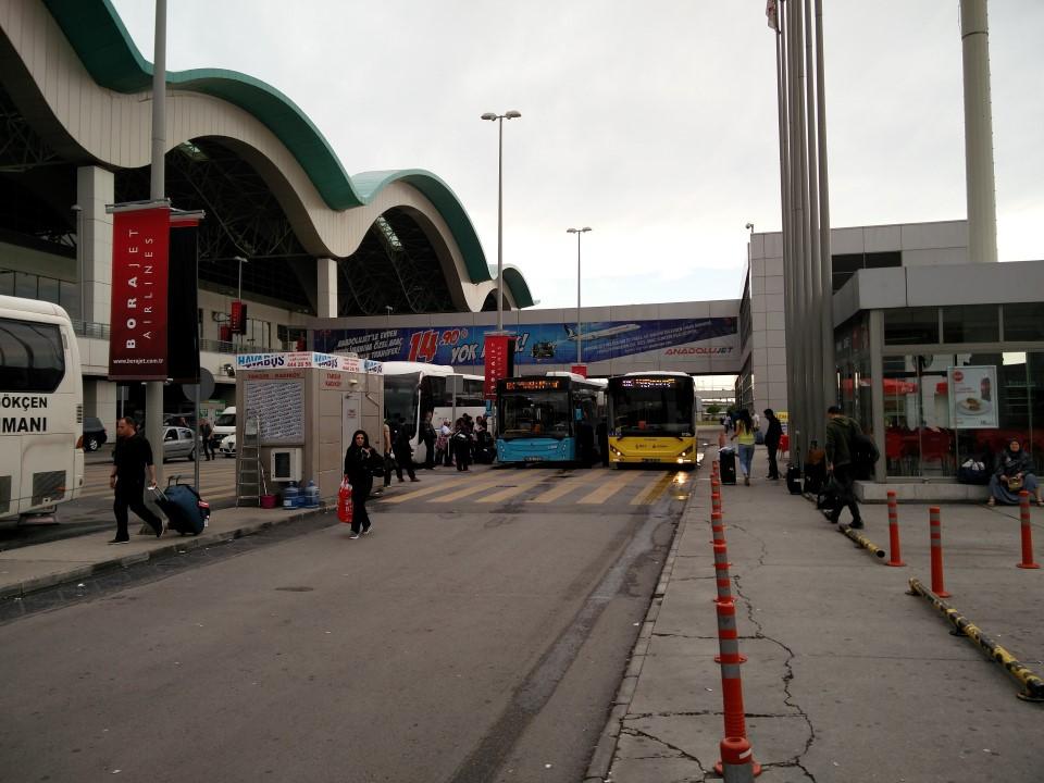 У входа в терминал аэропорта Стамбул имени Сабихи Гёкчен