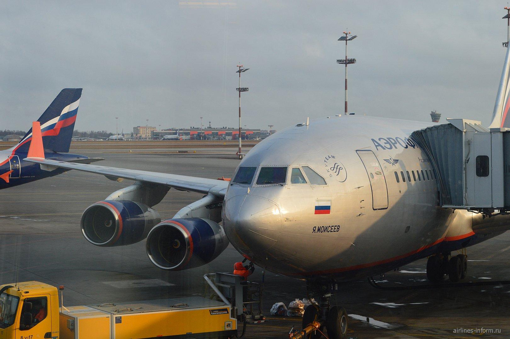 Самолет Ил-96-300 Аэрофлота в аэропорту Шереметьево