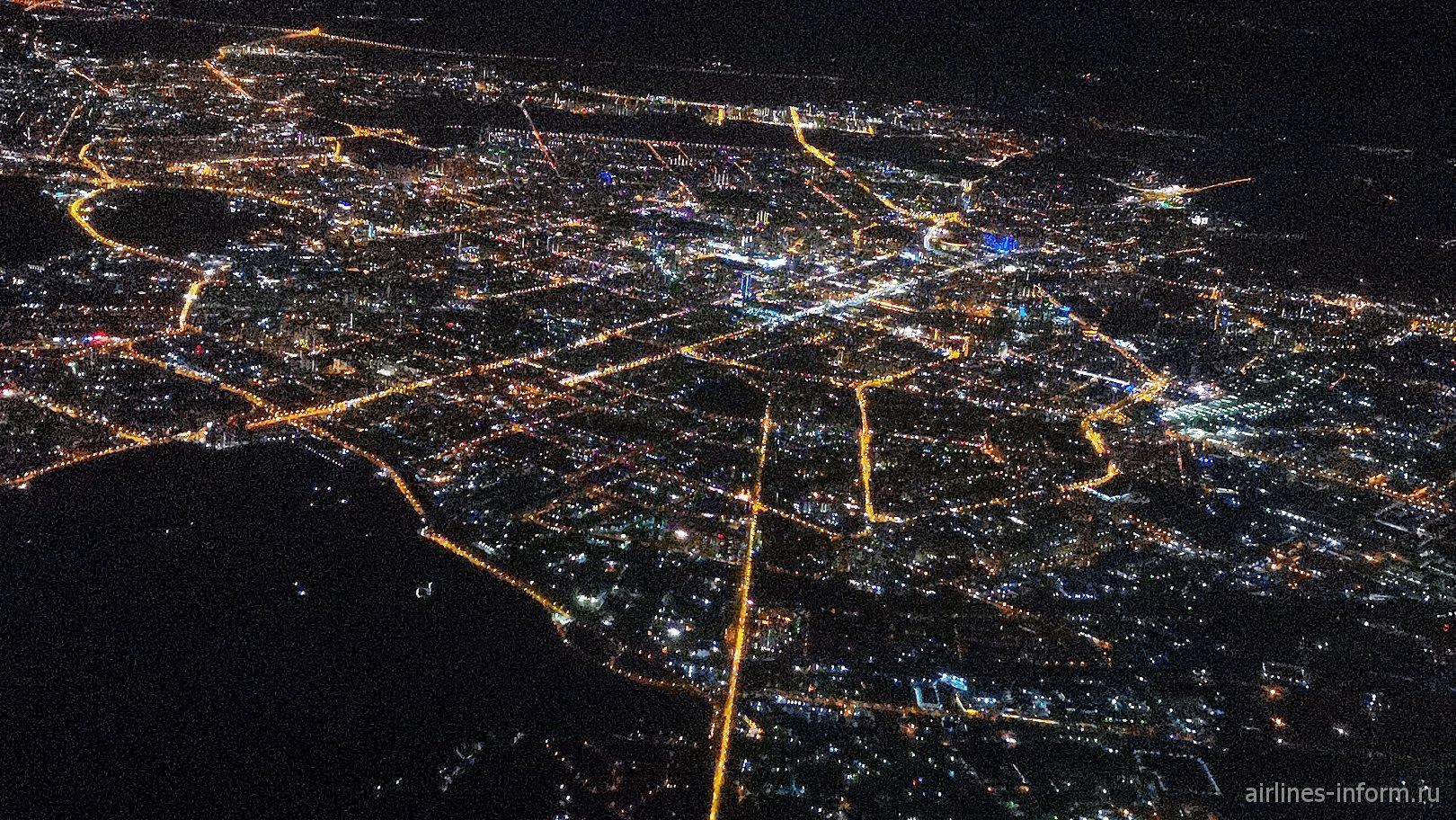 Вид на ночной Екатеринбург перед посадкой в аэропорту Кольцово