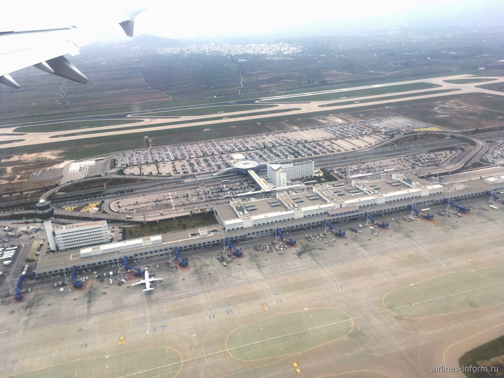 Вид сверху на аэропорт Афины Элефтериос Венизелос