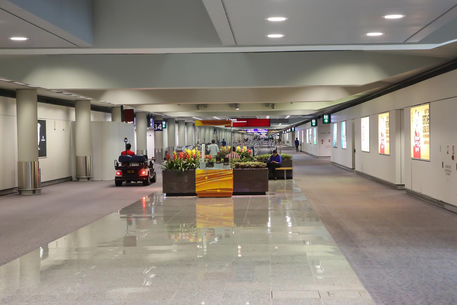 Длинный переход в аэропорту Гонконга