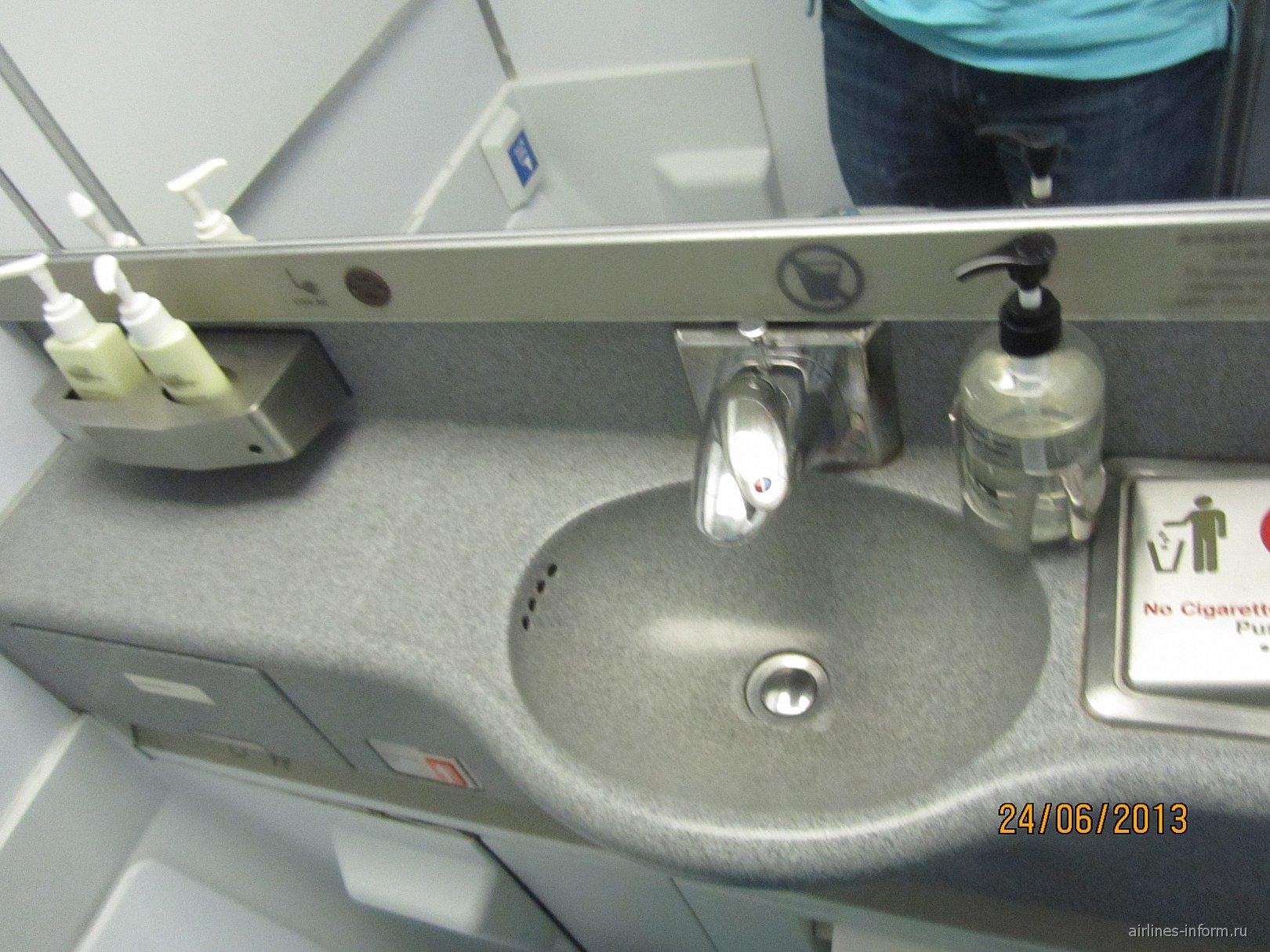Туалет самолета Боинг-747-400 авиакомпании Cathay Pacific