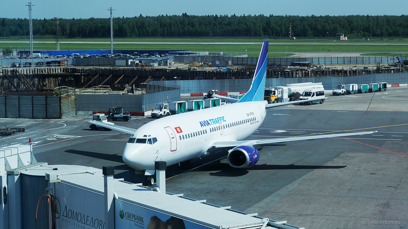 Боинг-737-300 авиакомпании Avia Traffic Company в аэропорту Домодедово